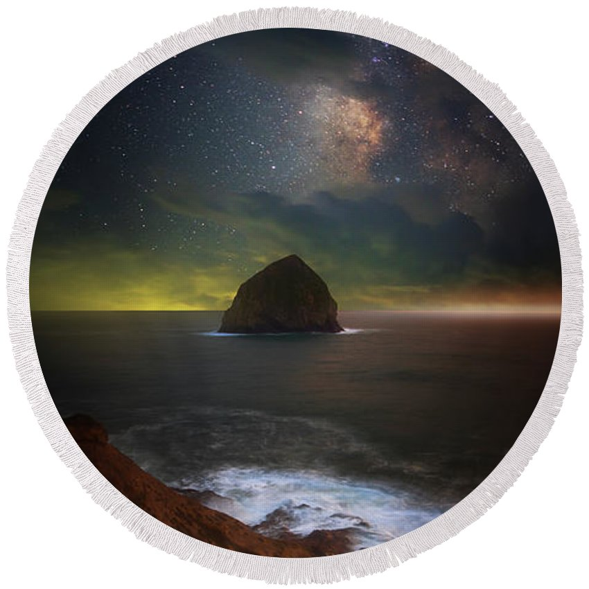 Milky Way Round Beach Towel featuring the photograph Kiwanda Nights by Darren White