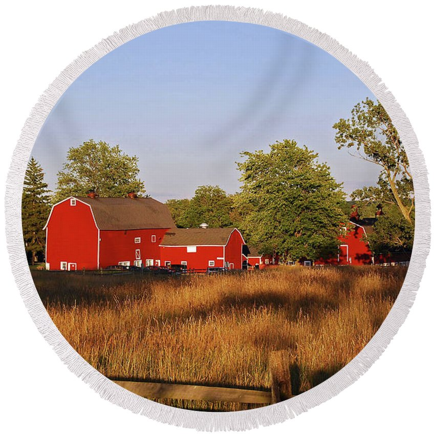 Barn Round Beach Towel featuring the photograph Knox Farm 5194 by Guy Whiteley