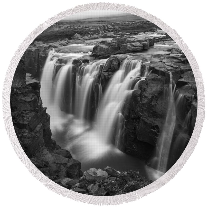 Laugafell Round Beach Towel featuring the photograph Laugafell Mountain Lodge Waterfalls 3155 by Bob Neiman