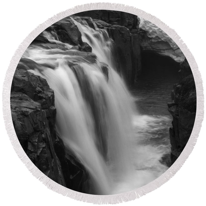 Laugafell Round Beach Towel featuring the photograph Laugafell Mountain Lodge Waterfalls Iceland 3146 by Bob Neiman