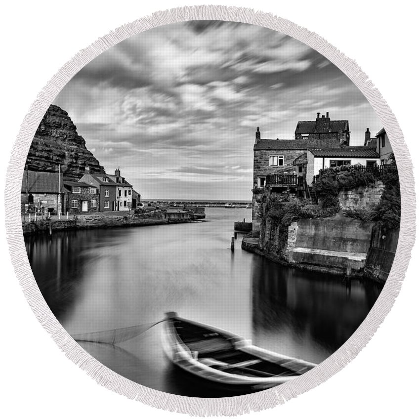 Cow Bar Nab Round Beach Towel featuring the photograph Leading Light At Staithes by Richard Burdon