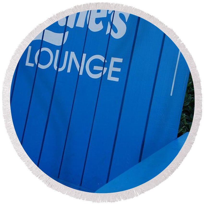 Bench Round Beach Towel featuring the photograph Louie S Lounge by Rob Hans