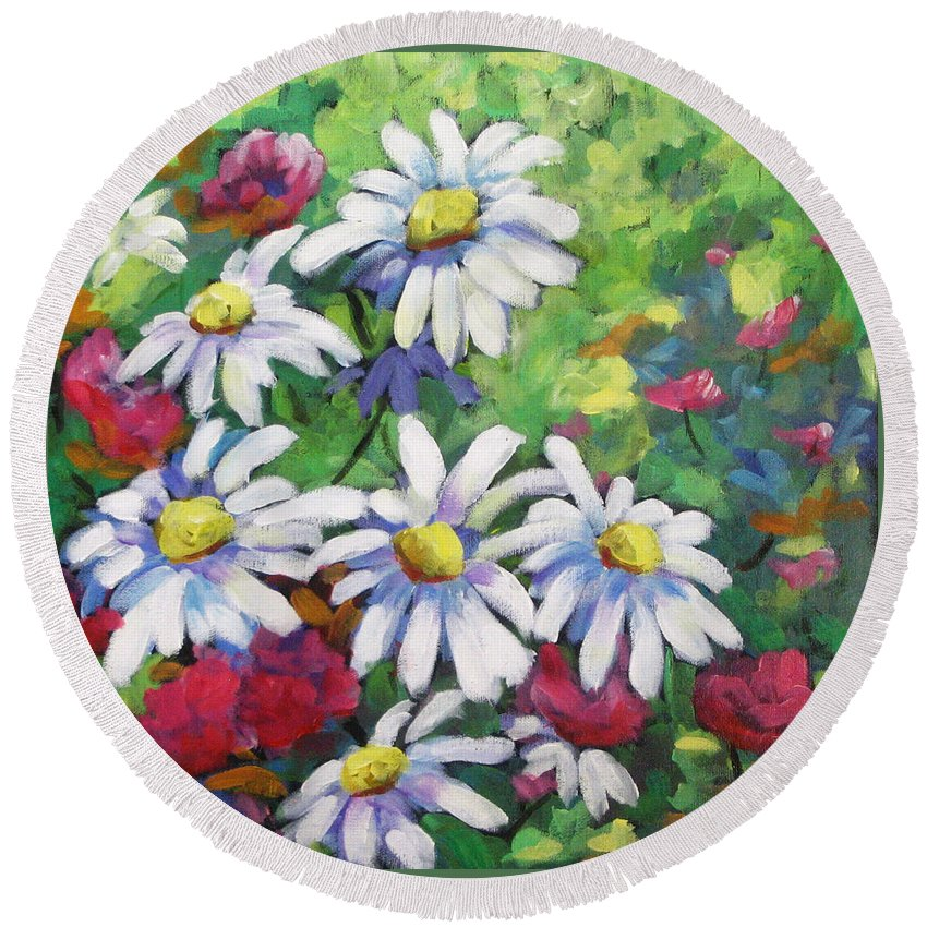 Fleurs Round Beach Towel featuring the painting Marguerites 001 by Richard T Pranke