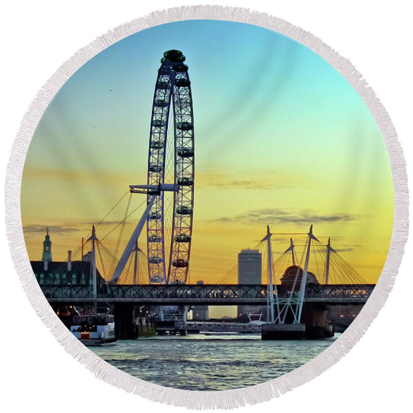 Millennium Wheel Round Beach Towel featuring the photograph Millennium Sunset by Terri Waters