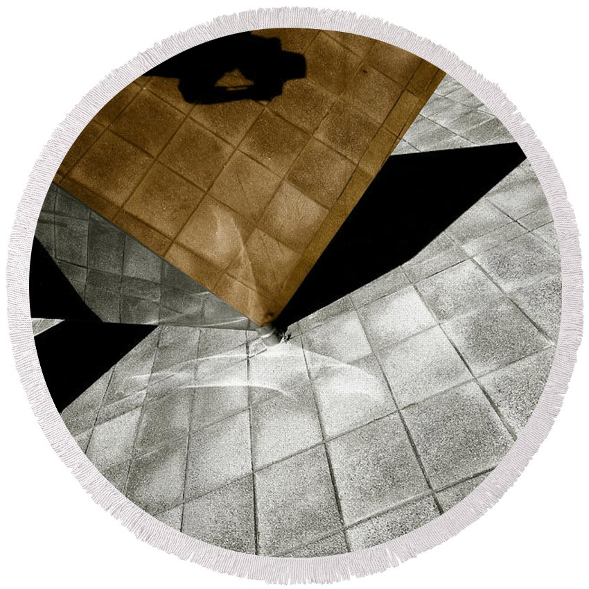 Sculpture Round Beach Towel featuring the photograph Mirror Act by Wayne Sherriff