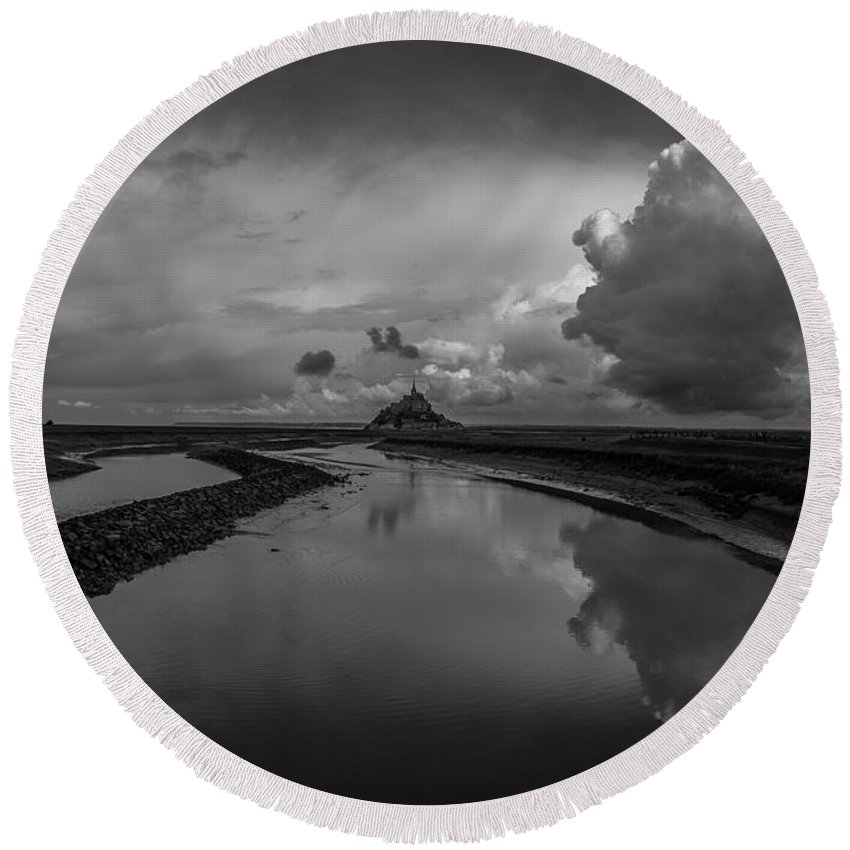 Round Beach Towel featuring the photograph Mont Bw by Marcel Van der Stroom