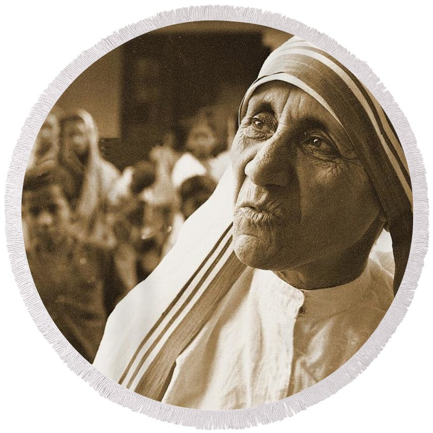 Mother Teresa Art Round Beach Towel featuring the painting Mother Teresa by Pd
