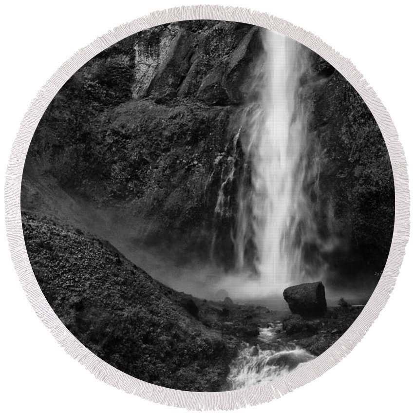 Black And White Round Beach Towel featuring the photograph Multnomah Falls In Black And White by Renee Hong