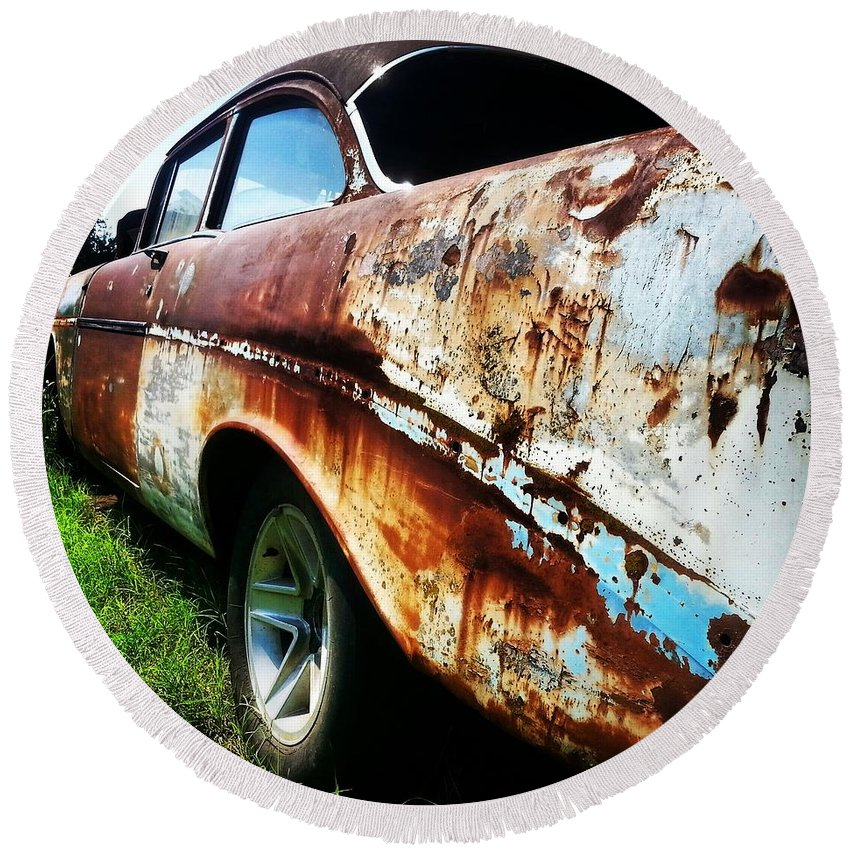 Rusty Car Round Beach Towel featuring the photograph Nature's Art by Lori Morrow