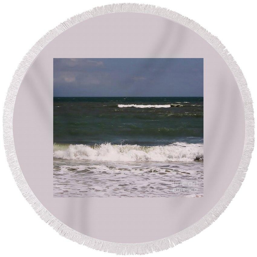 Vero Beach Round Beach Towel featuring the photograph Ocean - Blue - Waves by D Hackett