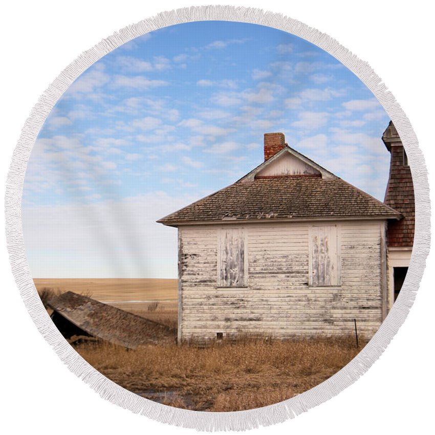 Old Round Beach Towel featuring the photograph Old Schoolhouse In North Dakota by Jeff Swan