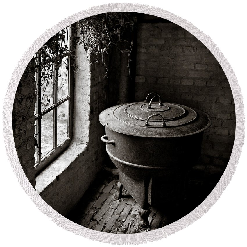 Old Round Beach Towel featuring the photograph Old Stove by Dave Bowman