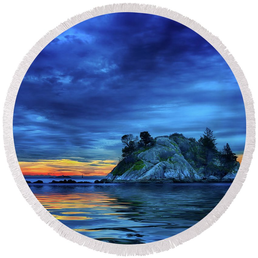 Ocean Round Beach Towel featuring the photograph Pacific Sunset by John Poon