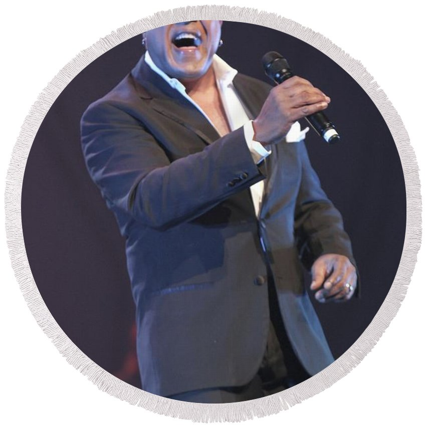 Photos Round Beach Towel featuring the photograph Peabo Bryson by Concert Photos