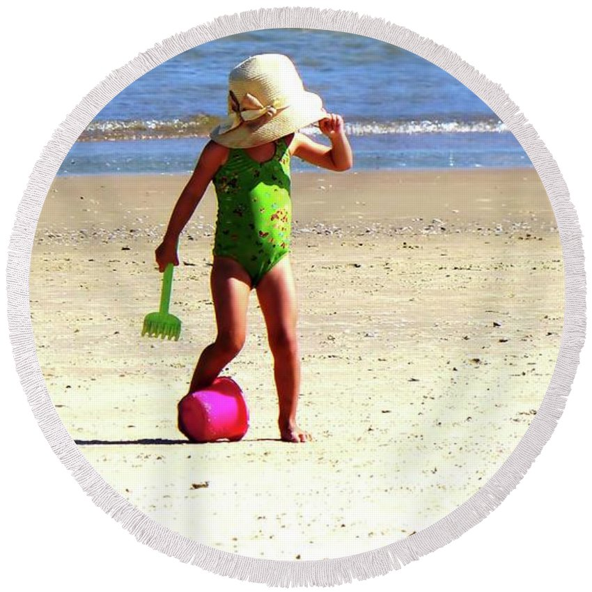 Little Girl Round Beach Towel featuring the photograph Pink Bucket by Carlos Amaro