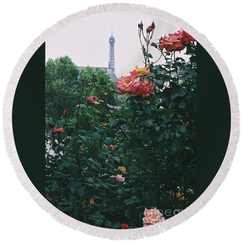 Roses Round Beach Towel featuring the photograph Pink Roses And The Eiffel Tower by Nadine Rippelmeyer