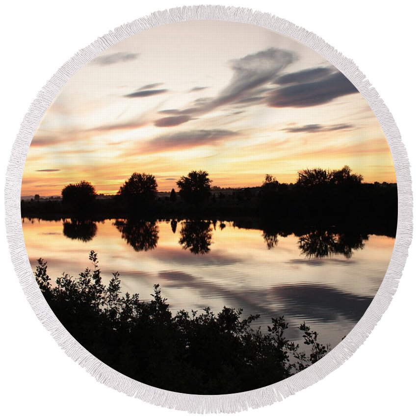 Prosser Round Beach Towel featuring the photograph Prosser Sunset With Riverbank Silhouette by Carol Groenen