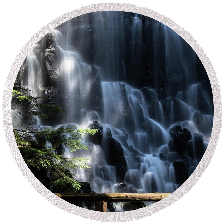 Lolo Pass Road Round Beach Towel featuring the photograph Ramona Falls 4 by Patricia Babbitt