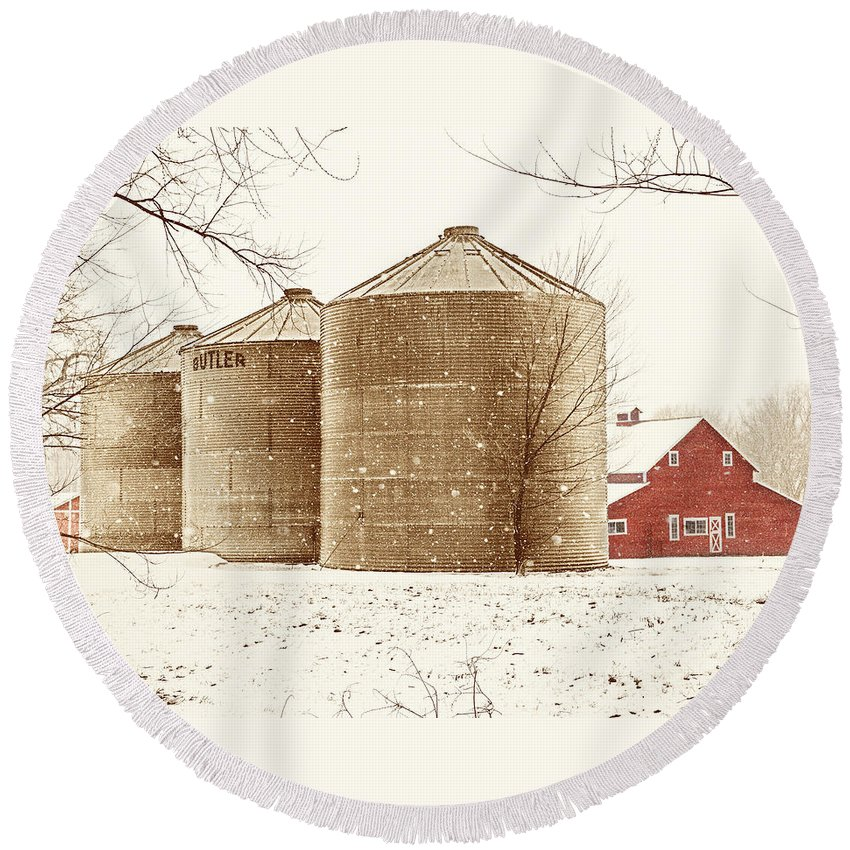 Americana Round Beach Towel featuring the photograph Red Barn In Snow by Marilyn Hunt