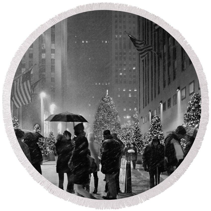 Rockefeller Center Round Beach Towel featuring the photograph Rockefeller Center Christmas Tree Black And White by John Tesoriero