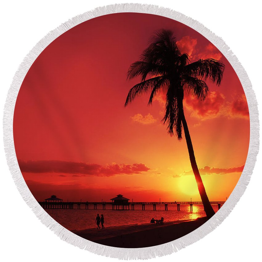 Usa Round Beach Towel featuring the photograph Romantic Sunset by Melanie Viola