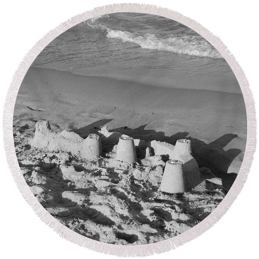 Sea Scape Round Beach Towel featuring the photograph Sand Castles By The Shore by Rob Hans