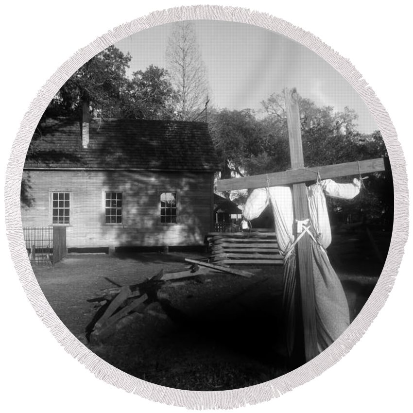Scarecrow Round Beach Towel featuring the photograph Scarecrow by David Lee Thompson