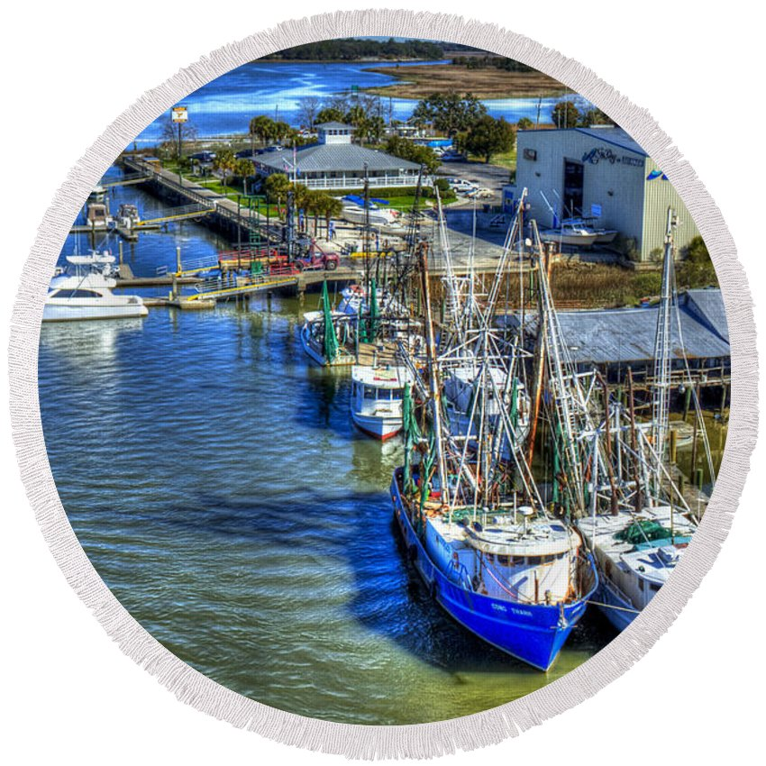 Reid Callaway Sea Ray Of Savannah Round Beach Towel featuring the photograph Sea Ray Of Savannah by Reid Callaway