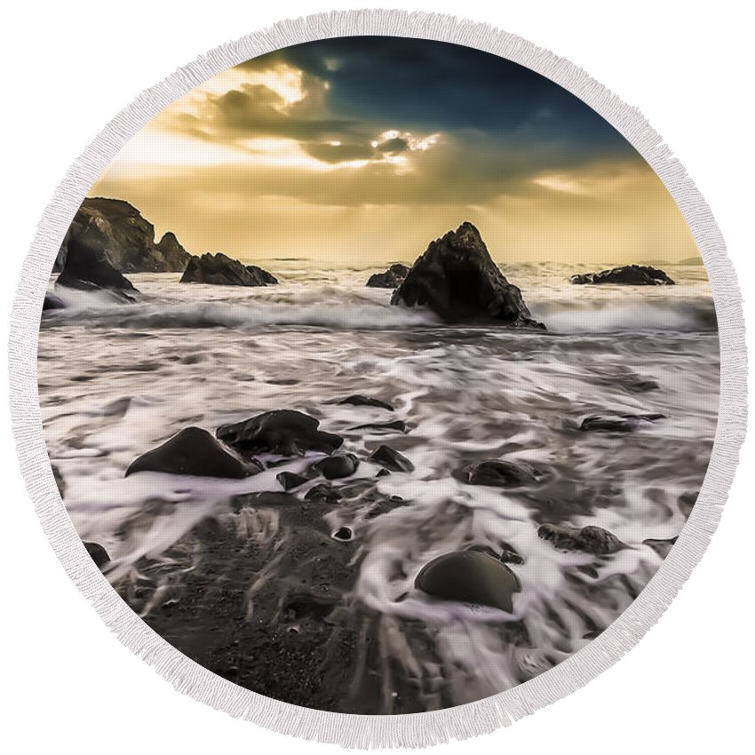Seaside Round Beach Towel featuring the photograph Seaside L/r by Michael Damiani