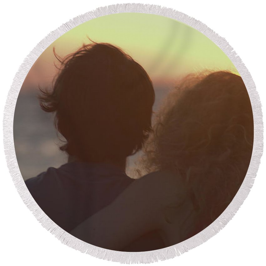 Silhouette Round Beach Towel featuring the photograph Silhouette Of A Romantic Couple by Ilan Rosen