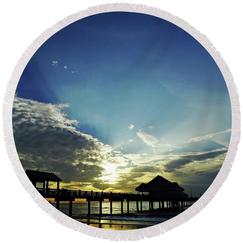 Sunset Round Beach Towel featuring the photograph Silhouette Pier 60 Sunset by D Hackett