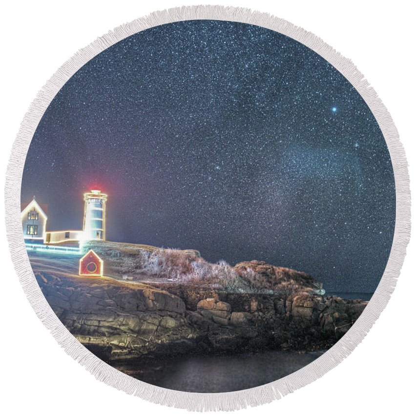 Nubble Round Beach Towel featuring the photograph Starry Sky Of The Nubble Light In York Me Cape Neddick by Toby McGuire