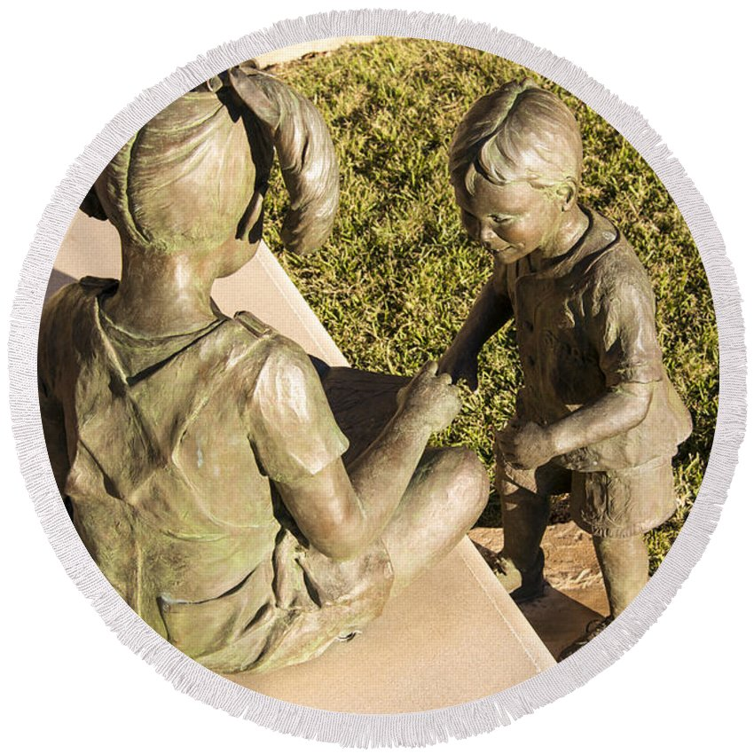 Georgetown Texas Library Statue Statues Architecture Boy Boys Girl Girls Sculpture Sculptures Artwork Odds And Ends Round Beach Towel featuring the photograph Story Teller by Bob Phillips
