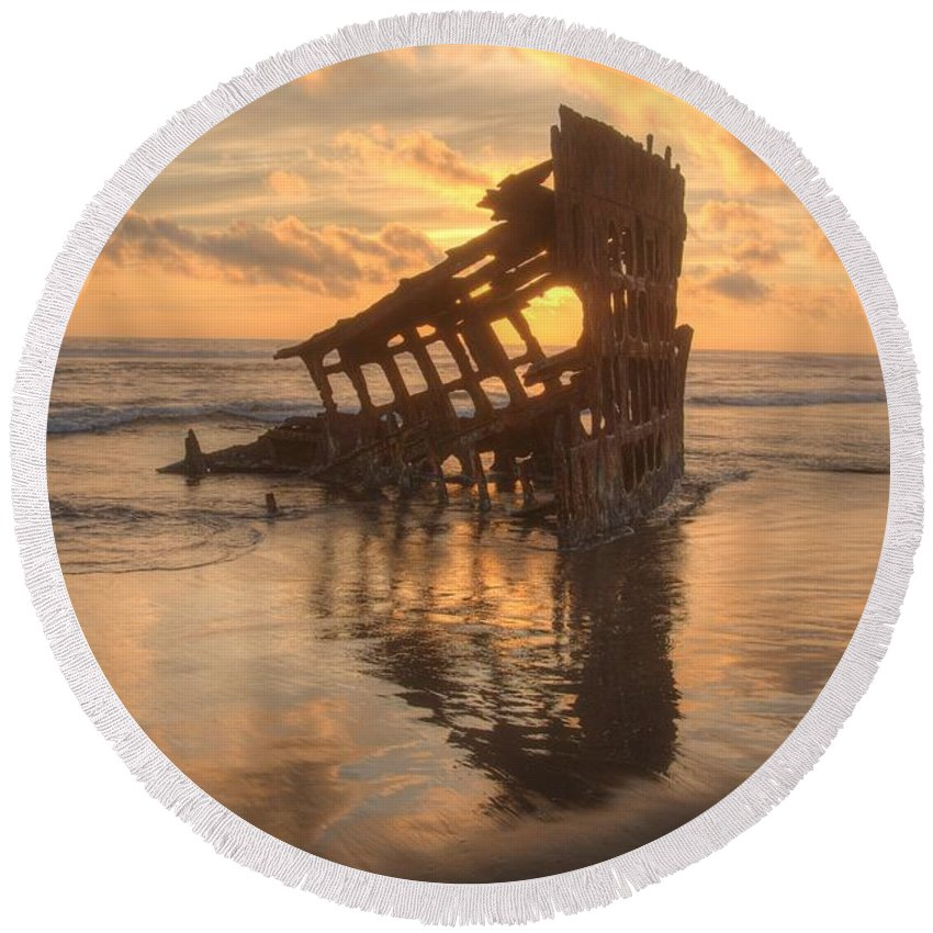 Peter Iredale Round Beach Towel featuring the photograph Sun Setting Behind Peter Iredale 0089 by Kristina Rinell