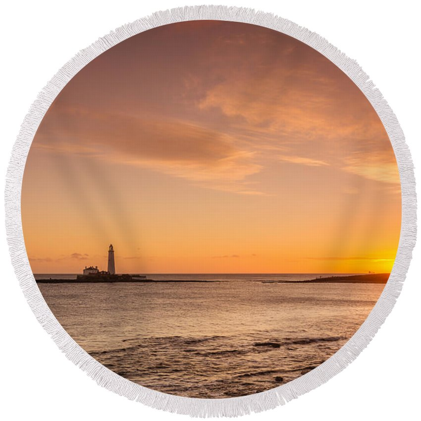 Northumberland Round Beach Towel featuring the photograph Sunrise At St Mary's Lighthouse by David Head