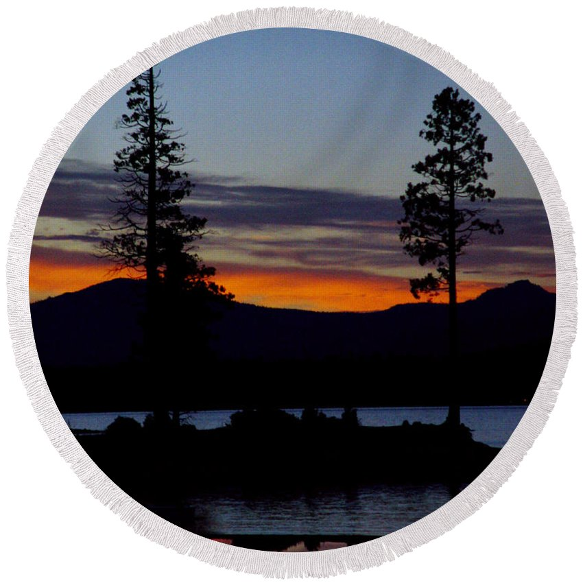 Lake Almanor Round Beach Towel featuring the photograph Sunset At Lake Almanor by Peter Piatt