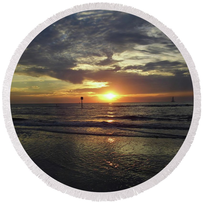 Sunset Round Beach Towel featuring the photograph Sunset Beauty At Clearwater by D Hackett