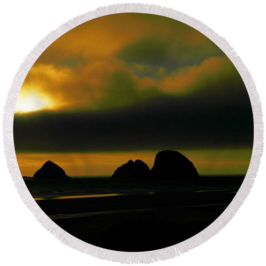 Sunset Round Beach Towel featuring the photograph Sunset On The Rocks by Jeff Swan