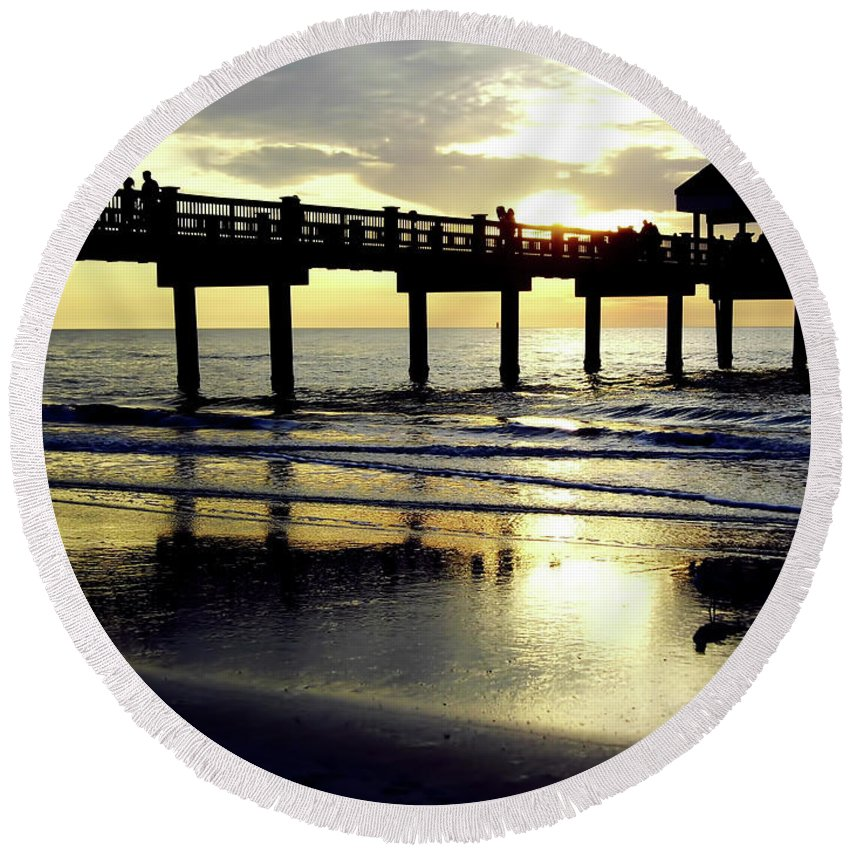 Sunset Round Beach Towel featuring the photograph Sunshine At The Pier 60 by D Hackett