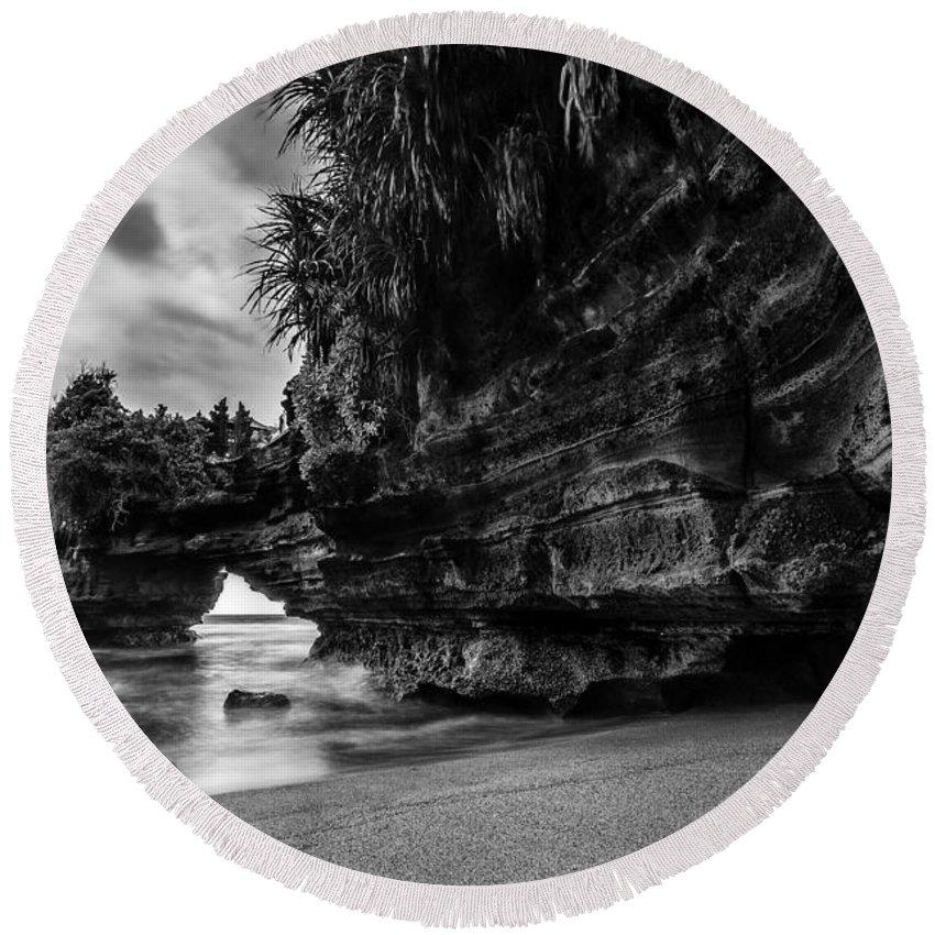 Rock Round Beach Towel featuring the photograph The Dragon by Raung Binaia