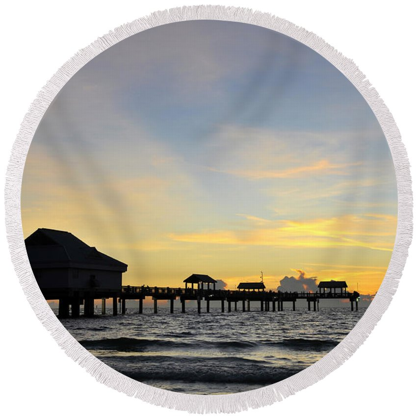 Sunset Round Beach Towel featuring the photograph The End Of A Beautiful Day by David Lee Thompson