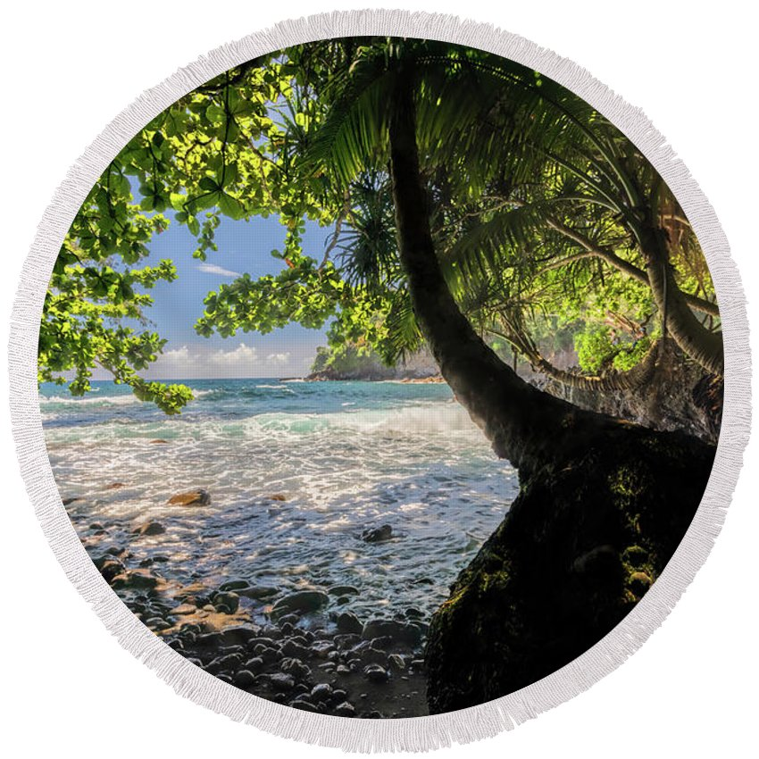 Onomea Bay Round Beach Towel featuring the photograph The Jungle At Onomea Bay by Susan Rissi Tregoning