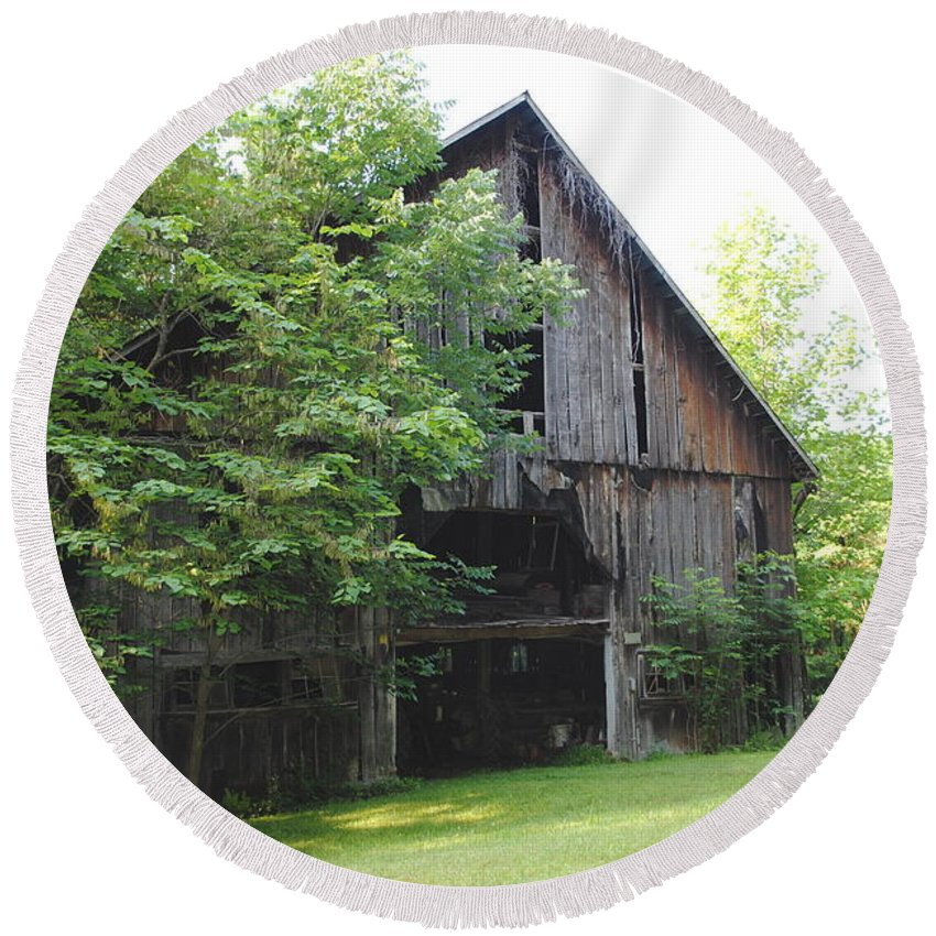Farm Round Beach Towel featuring the photograph The Old Barn by Jost Houk