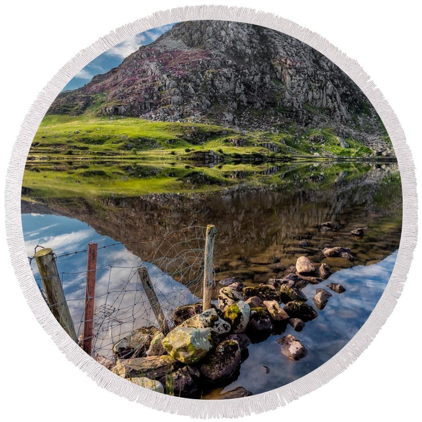 Lake Round Beach Towel featuring the photograph Tryfan Reflections by Adrian Evans