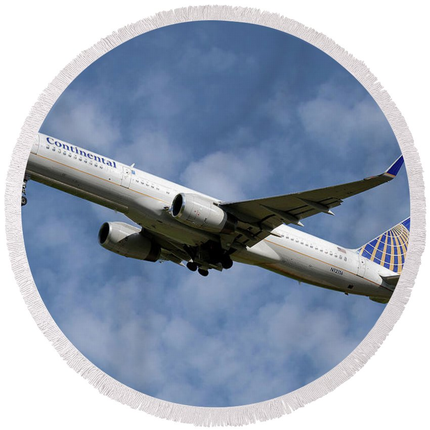 United Airlines Round Beach Towel featuring the photograph United Airlines Boeing 757-224 by Smart Aviation