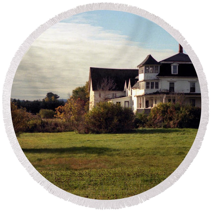 Vermont Round Beach Towel featuring the photograph Vermont Farmhouse by Richard Rizzo