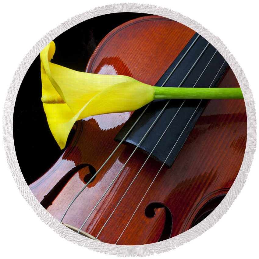 Violin Round Beach Towel featuring the photograph Violin With Yellow Calla Lily by Garry Gay