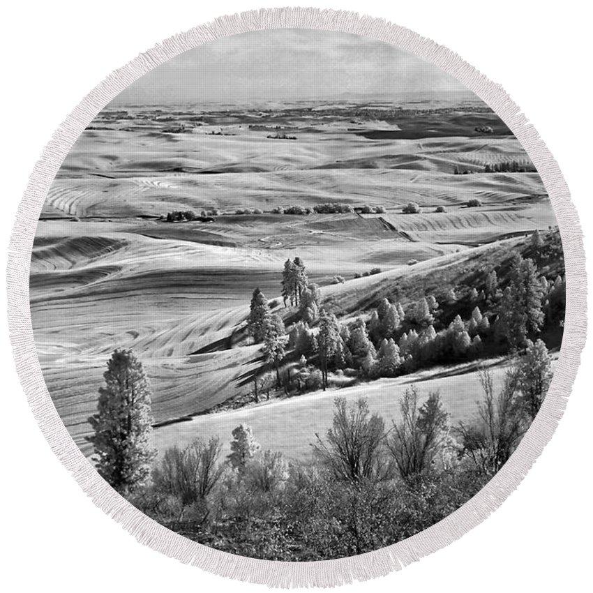 Kamiak Butte Round Beach Towel featuring the photograph Wheatfields Of Kamiak Butte by Martin Konopacki