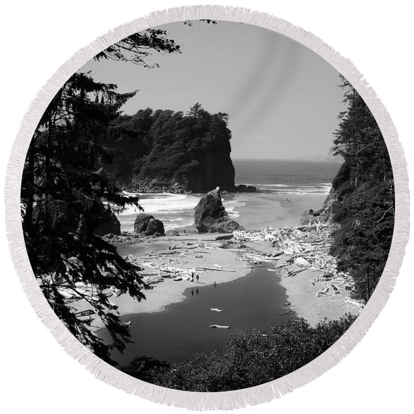 Cove Round Beach Towel featuring the photograph Wild Cove by David Lee Thompson