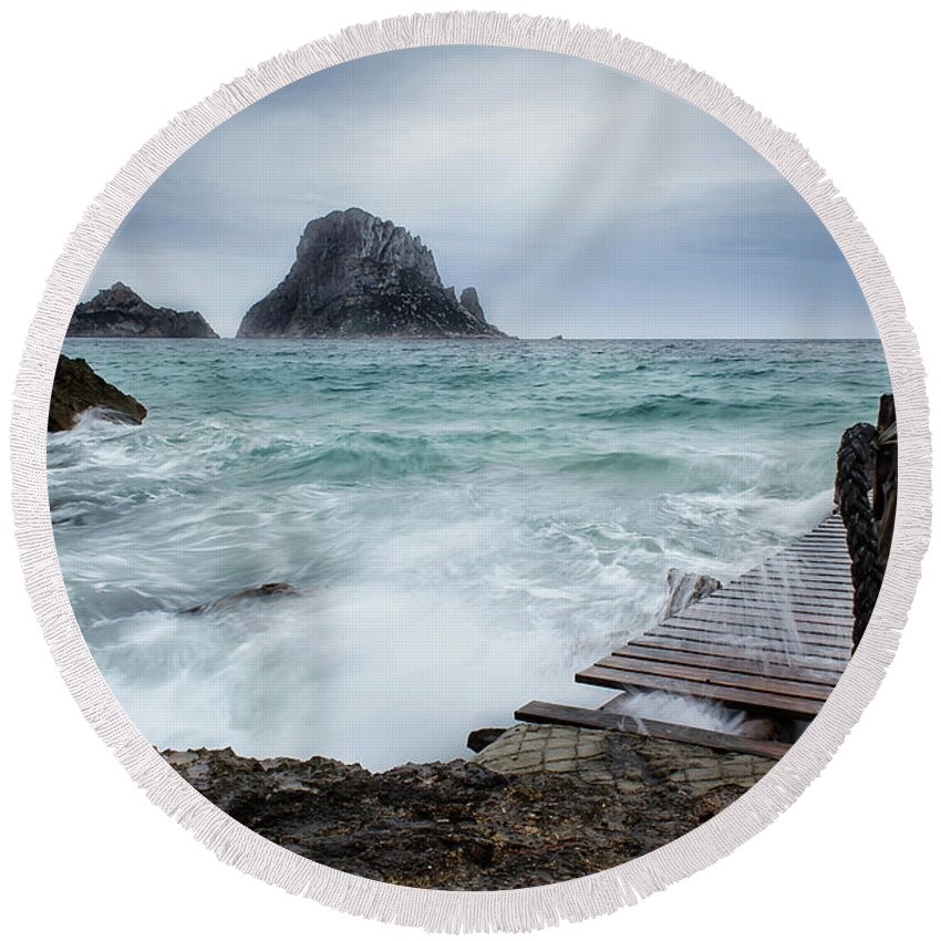 Seascape Round Beach Towel featuring the photograph Windy by Manuel Rodriguez Rodriguez